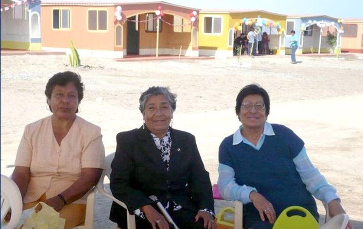 esposas-de-pescadores-recibiendo-sus-casas-tacna-2009